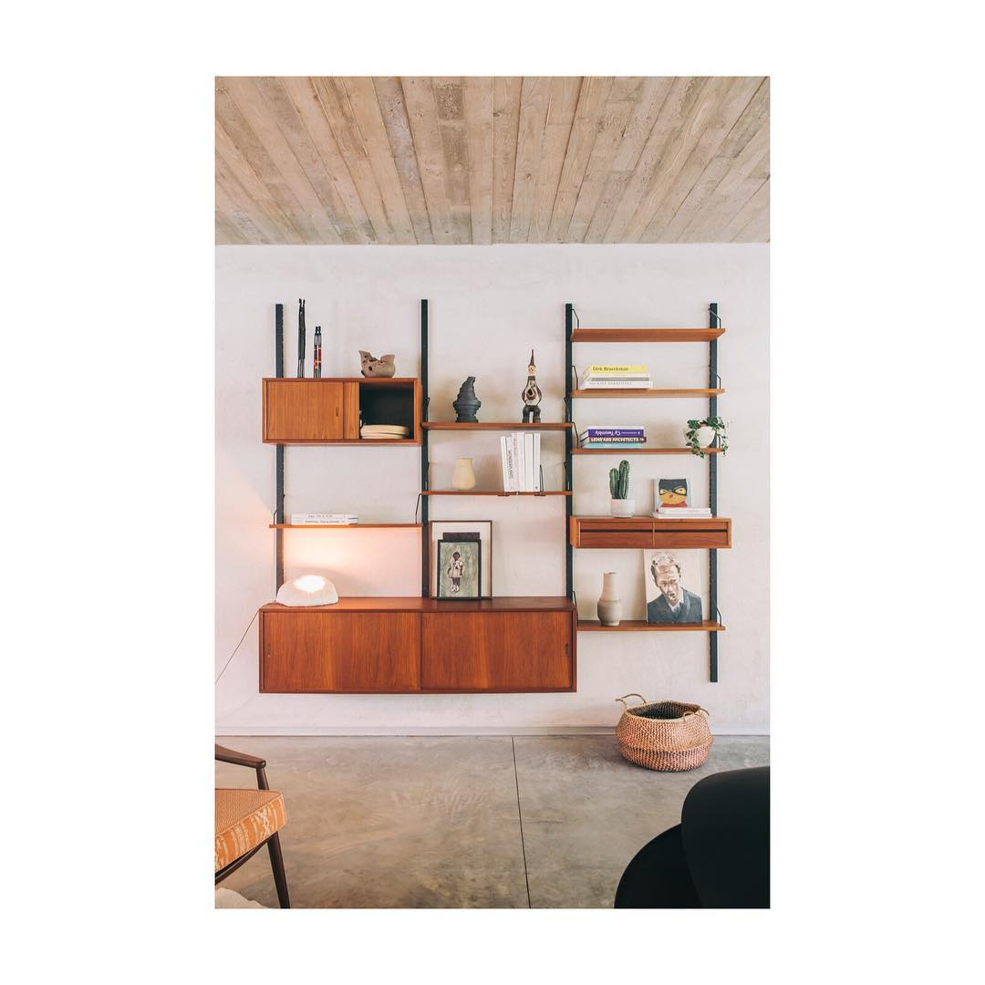 Interested in a (similar) wall unit of Poul Cadovius? DM or email us for more information ? or even better… visit us this week, we are happy to help you!