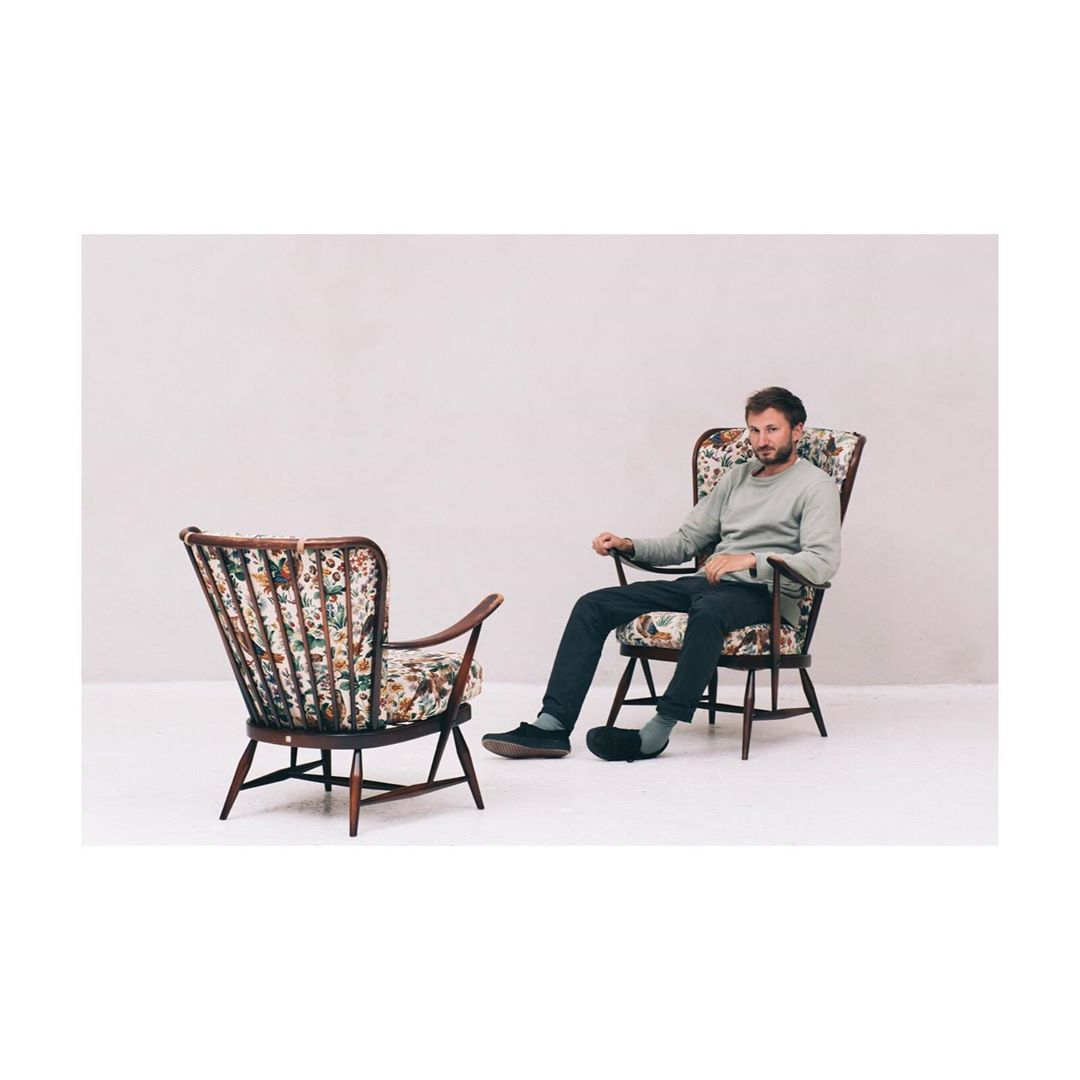 Our photographer @tijsvervecken seated in a lounge chair by Ercolani 🦜